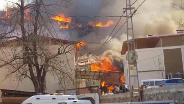Artvin'de bir köy yanıyor... Onlarca ev alevler içinde kaldı