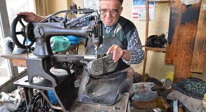 21 yıl önce en yaşlı ayakkabı tamircisi seçilmişti, mesleğine veda etti