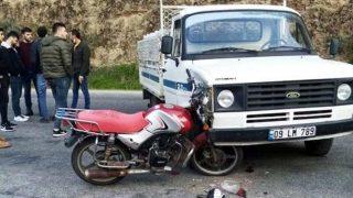 Motosiklet kamyonete ok gibi saplandı