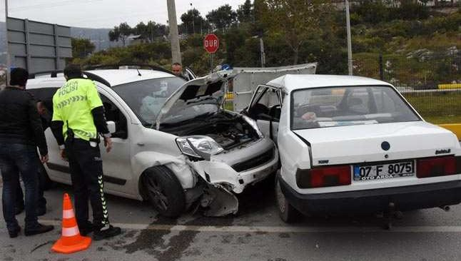 Demre'de feci kaza! İki otomobil çarpıştı