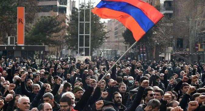 Ermenistan'da öfkeli kalabalık hükümet binasını bastı