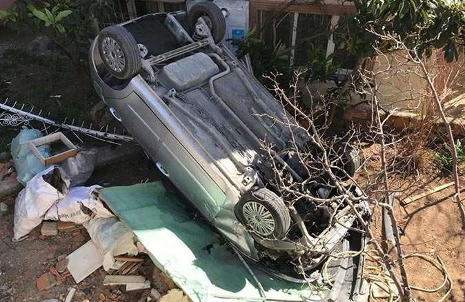 İzmir'de bahçeye uçan araç 10 yaşındaki çocuğu altına aldı