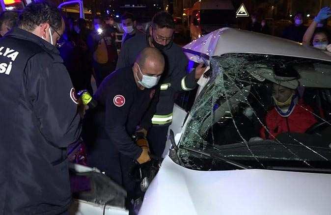 Muratpaşa'da halk otobüsüyle otomobil çarpıştı