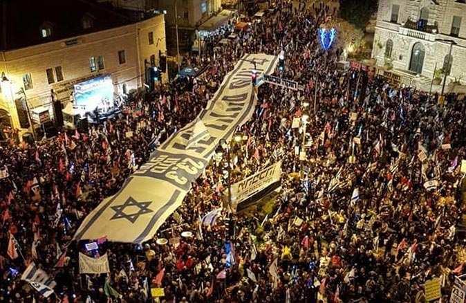 İsrail'de binlerce kişi sokağa döküldü
