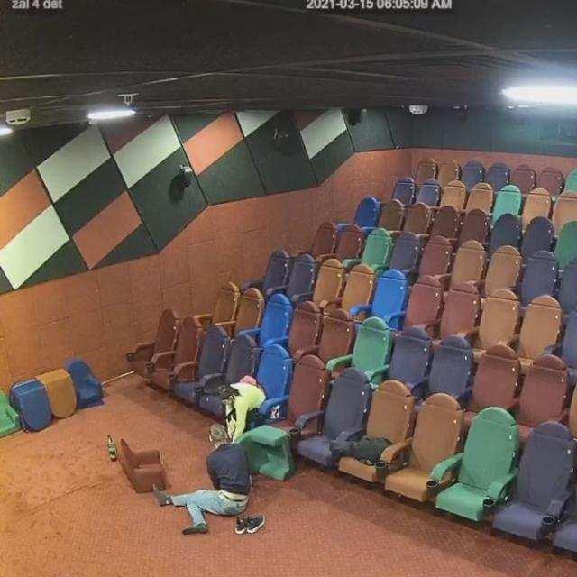 Kapalı olan sinema salonuna gizlice sızıp cinsel ilişkiye giren çifte bedava bilet...