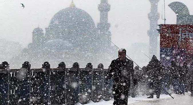 İstanbullular güne karla uyandı