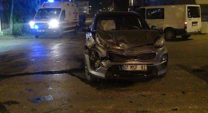 Serik'te kavşakta feci kaza! Sürücü yaralandı