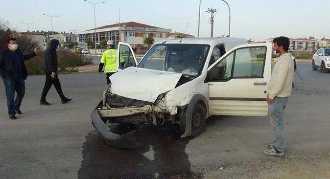 Manavgat'ta ticari araç ile otomobil çarpıştı! Yaralılar var