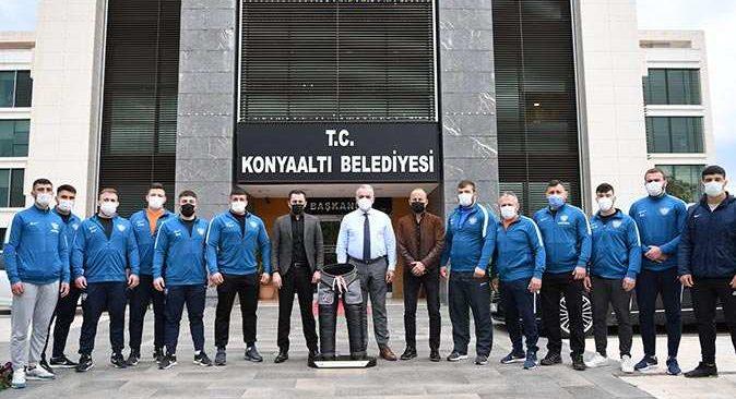 Konyaaltı Belediye Başkanı Semih Esen Konyaaltı'nın güreşçileri ile buluştu