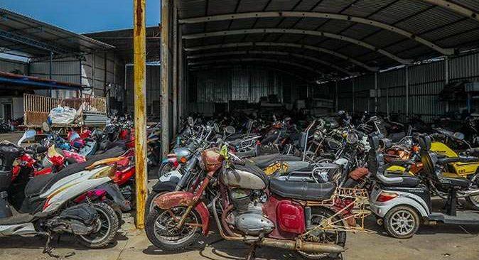 Antalya Hurdacılar Çarşısı'nda hurda motosikletler değerleniyor