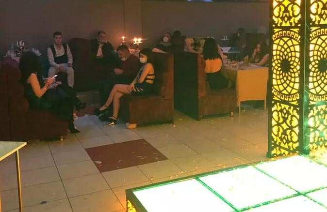 Konya'da skandal görüntüler! 60 kişinin olduğu müzikli eğlence mekanına baskın