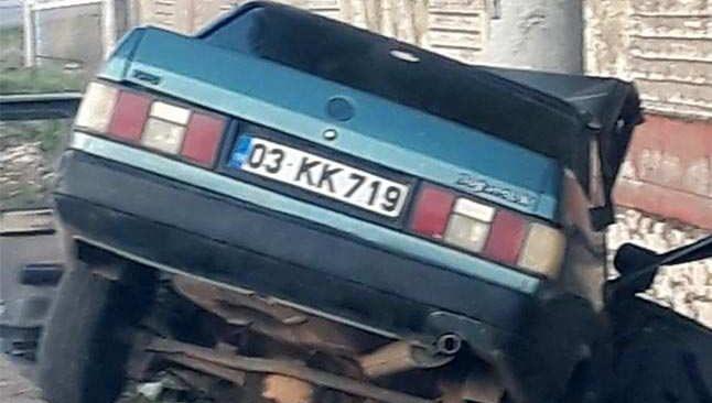 Antalya'da direksiyon hakimiyetini kaybetti! Elektrik direğine çarptı