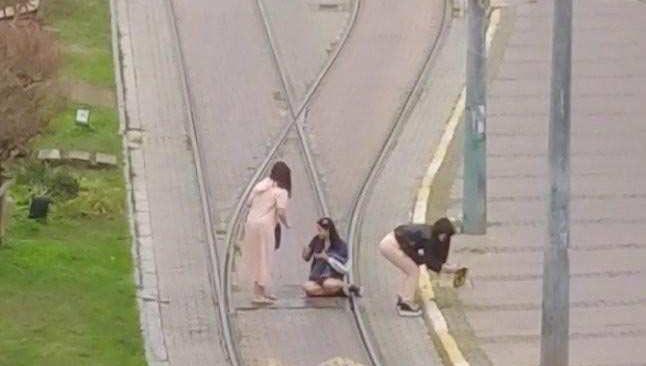 Turistlerin, tramvay yolunda selfi çılgınlığı