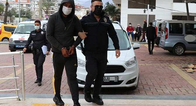 Otelden çuvalla eşya çalmıştı! O şahıs tutuklandı