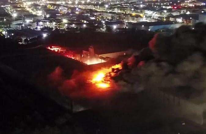 Amonyak dolu tankların olduğu fabrikada büyük yangın