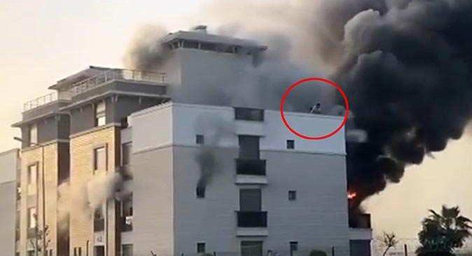 Antalya'da ev alev alev yandı, vatandaşlar kendilerini terasa attı