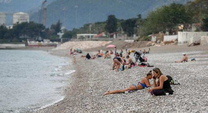 Antalya'da sokağa çıkma kısıtlamasından muaf turistler Konyaaltı Sahili'ne akın etti