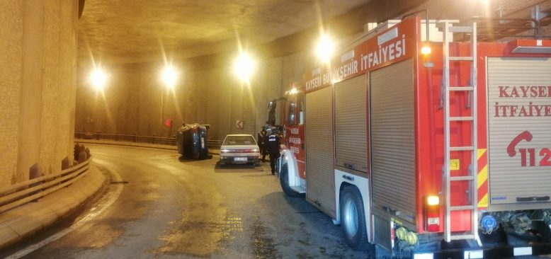 Kayseri'de otomobil yan yattı! Sürücü kazayı ucuz atlattı