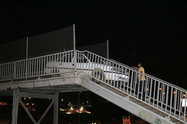 Burası Türkiye... Otomobil yaya köprüsünden geçmeye çalıştı!