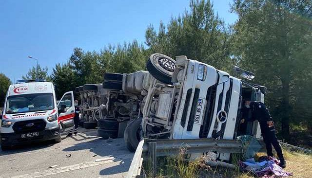 Antalya'da Aksu'da feci kaza! Çimento yüklü tır yan yattı...