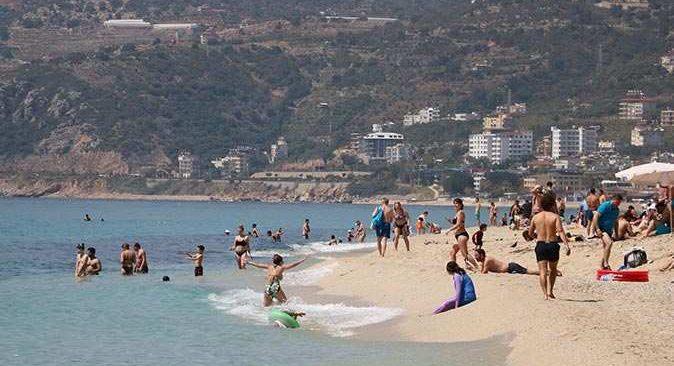 Alanya'da güzel havayı fırsat bilen turistler plajlara akın etti
