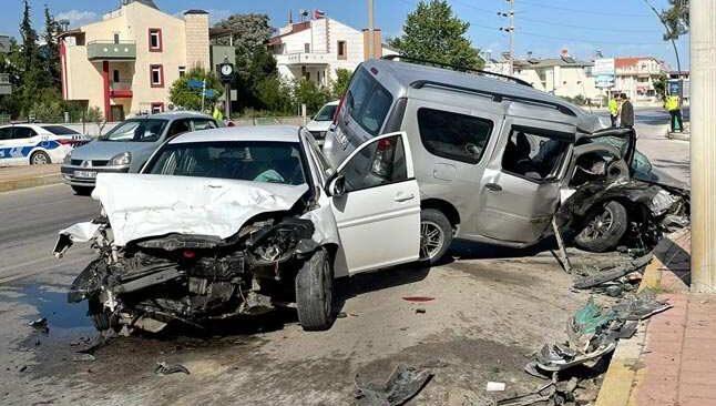 Antalya'da boş yolu paylaşamadılar... Kafa kafaya çarpıştılar!