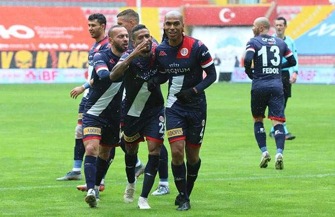 Son dakika... Antalyaspor'da bir futbolcu koronavirüse yakalandı