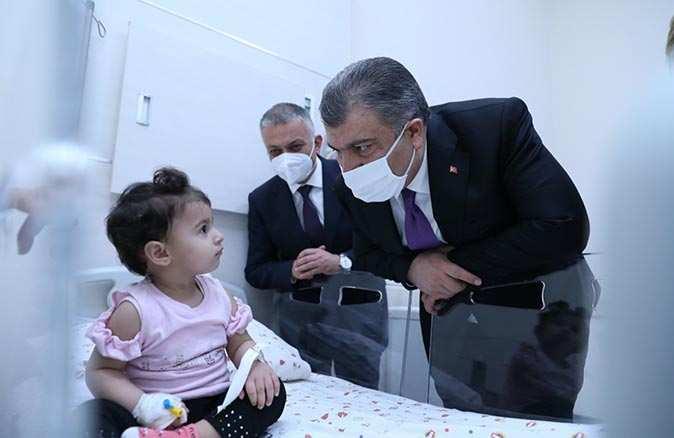 Sağlık Bakanı Fahrettin Koca Antalya'da hasta çocukları ziyaret etti