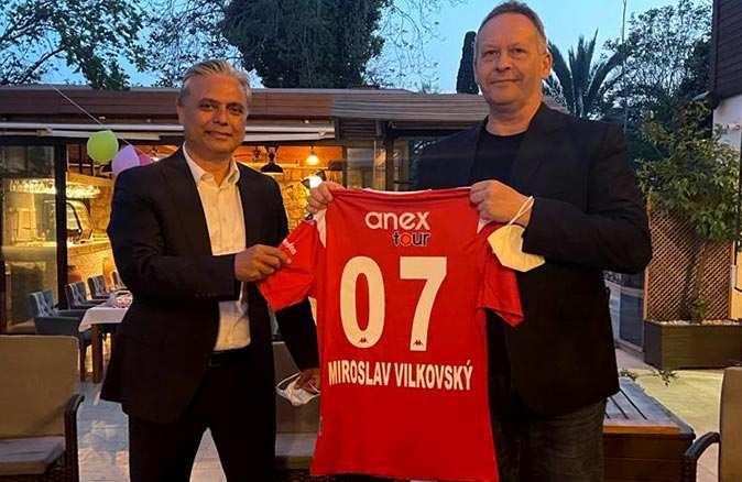 Başkan Ümit Uysal,  Miroslav Vilkovsky'a Antalyaspor forması hediye etti
