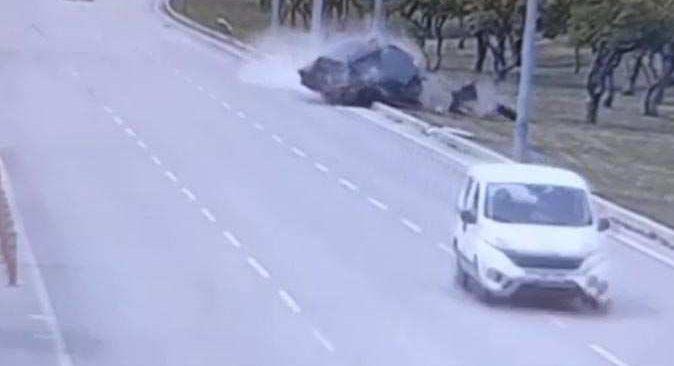Direğe çarpan otomobil ikiye ayrıldı