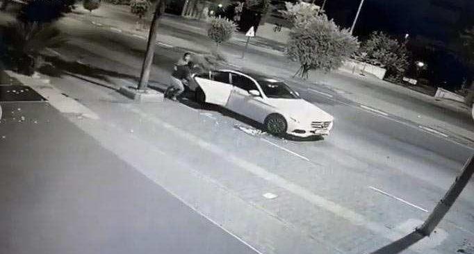 Antalya'da lüks Mercedesli çift bakın ne yaptı! Çalarken utanmadın mı!