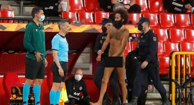 Granada, Manchester United maçında çırılçıplak sahaya atladı