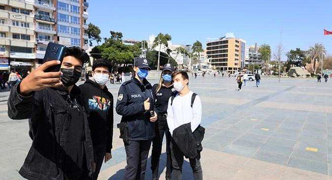 Cumhuriyet Meydanı'nda görev yapan kadın polisler büyük ilgi görüyor