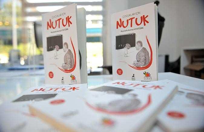 Başkan Necati Topaloğlu öğrencilere Atatürk'ün Nutuk kitabını hediye ediyor