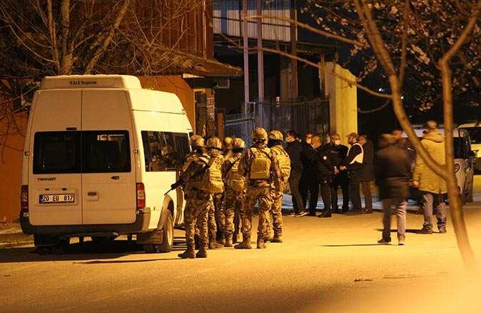 Polis ekiplerine tüfek doğrultan genç korku dolu anlar yaşattı