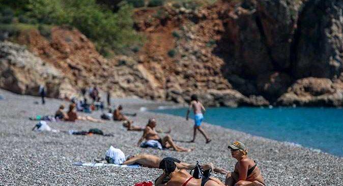 Antalyalılar 82 saatlik kısıtlama öncesi sahile akın etti