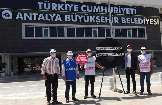 Antalya Büyükşehir Belediyesi'ne siyah çelenk bıraktılar