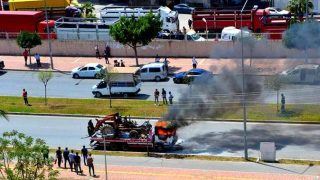 Üzerinde traktör bulunan çekici alev alev yandı