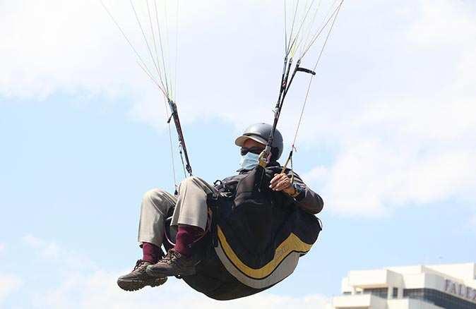 Yapamazsın diyenlere inat 66 yaşında yamaç paraşütçüsü oldu