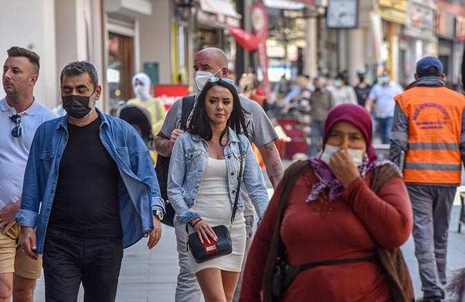 Yüz binde 270 vaka sayısına ulaşan Antalya'da kurallar unutuldu