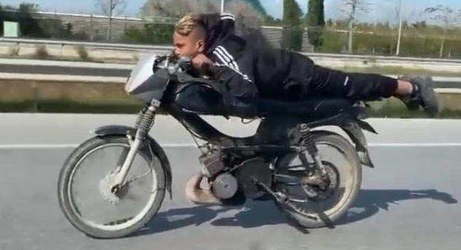 Saatteki hızı 70 kilometreyi bulan motosikletle ölüme davetiye
