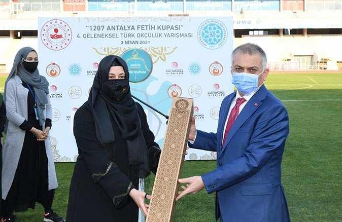 4. Geleneksel Türk Okçuluğu Yarışması'nda dereceye giren sporcular ödüllendirildi