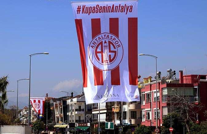 Antalya caddeleri Antalyaspor bayraklarıyla doldu