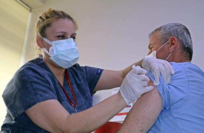 İlk doz aşının ardından koronavirüse yakalanınca ne oluyor? Antalya İl Sağlık Müdürü Ünal Hülür açıkladı