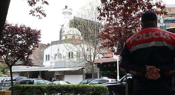Arnavutluk'ta camide bıçaklı saldırı! Yaralılar var