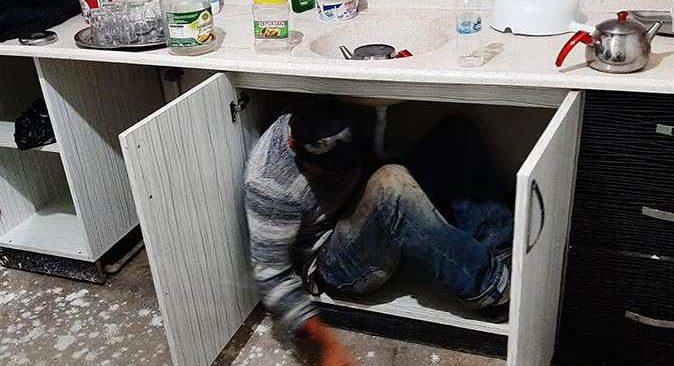 Kumar baskınında saklanan kişi mutfak dolabının içinden çıktı