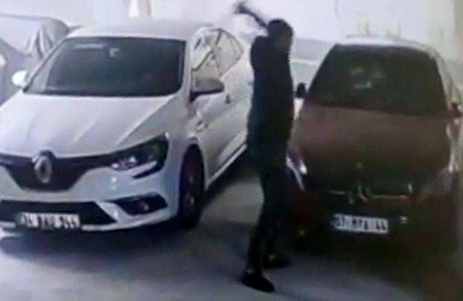 Antalya'da öfkeli şahıs otoparktaki otomobillere saldırdı