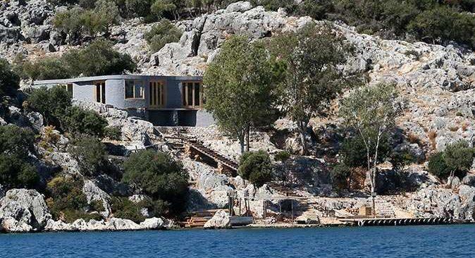 Antalya'da tartışma yaratan kaçak villa yıkılıyor