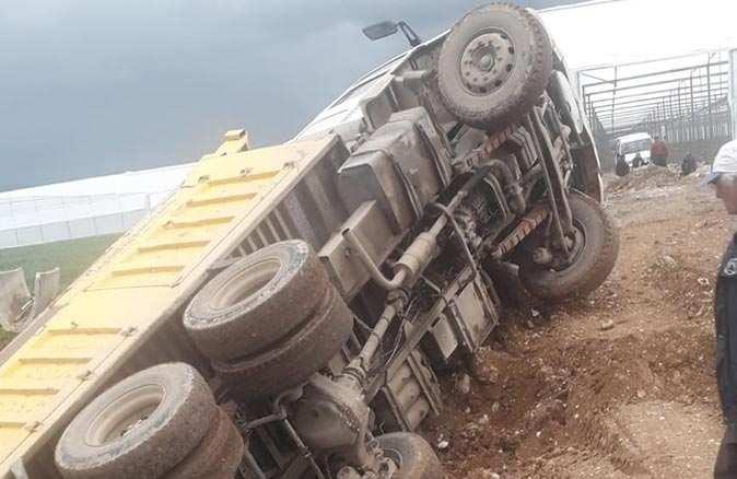 Toprak yüklü kamyon yoldan çıkıp devrildi