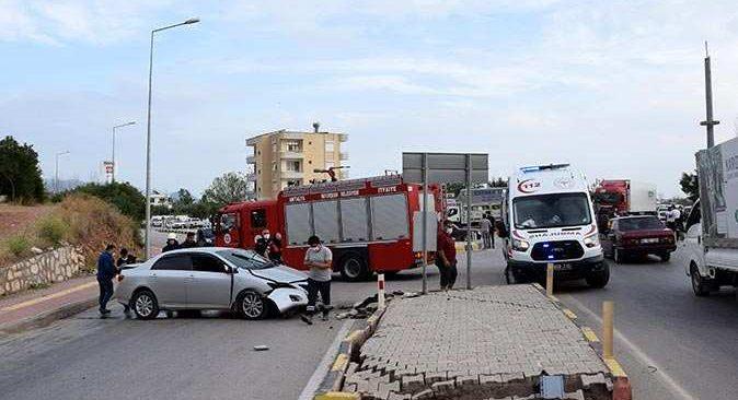 Antalya'da otomobil karşı şeride uçtu! Sürücü yaralandı